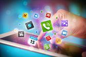 Mano que toca tablet pc, el concepto de red social — Foto de Stock