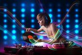 Chica joven dj mezclando registros con luces de colores — Foto de Stock