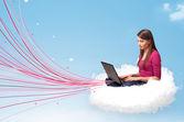 Mladá žena, sedící v oblaku s notebookem — Stock fotografie
