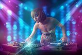 Dj flicka blanda musik i en klubb med blå och lila ljus — Stockfoto