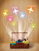 дорожная сумка с одеждой и красочные самолеты вылетают — Стоковое фото