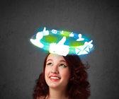 Ung tonåring med moln sociala ikoner runt hennes huvud — Stockfoto