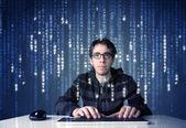 Haker dekodowanie informacji z sieci futurystyczna technologia — Zdjęcie stockowe