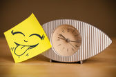 пост это внимание с смайлик наклеить на часы — Стоковое фото