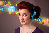 Mladá žena poslechu se sluchátky — Stock fotografie