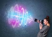 Chica fotógrafo haciendo fotos con potente haz de luz — Foto de Stock