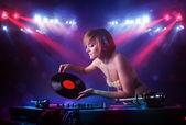 Tonåring dj blandning poster inför en publik på scenen — Stockfoto