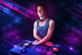 Jonge dj spelen op draaitafels met kleur licht effecten — Stockfoto
