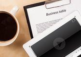 平板电脑上显示在屏幕上与一杯咖啡的媒体播放器 — 图库照片