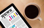Tablet pc zobrazuje zprávy na obrazovce s šálek kávy na stole — Stock fotografie