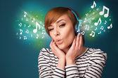 Mujer joven con auriculares escuchando música — Foto de Stock