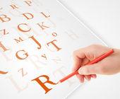 Ruční psaní různých písmen na bílém obyčejný papír — Stock fotografie
