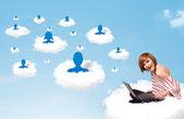 молодая женщина, сидящая в облаке с ноутбуком — Стоковое фото