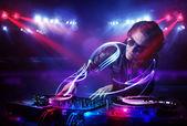 Dj tocando música com efeitos de feixe de luz no palco — Fotografia Stock