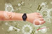 Mão com o relógio e os números do lado saindo — Foto Stock