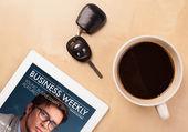 Tablet pc ukazuje časopis na obrazovce s šálkem kávy na d — Stock fotografie