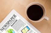 Tabletpc zeigt nachrichten auf dem bildschirm mit einer tasse kaffee auf dem schreibtisch — Stockfoto