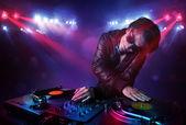 Adolescente dj mistura registros na frente de uma multidão no palco — Foto Stock