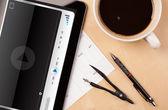 Tablet pc apresentando media player em tela com uma xícara de café na — Foto Stock