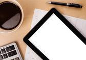 Tablet pc ile boş alanı ve bir fincan kahve masa üzerinde — Stok fotoğraf
