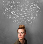 Jeune femme en pensée avec les icônes de réseau social au-dessus de sa tête — Photo