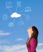 Bulut bilgi işlem kavramı mavi gökyüzü üzerinde bakarak casual kız — Stok fotoğraf