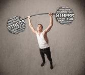 Muskulös man slåss med stress — Stockfoto