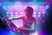 Dj karıştırma müzik turntable üzerinde sahne ışıkları ve — Stok fotoğraf