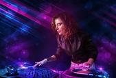 Jovem dj tocando no toca-discos com efeitos de luz de cor — Foto Stock