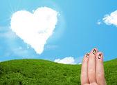 快乐的笑脸手指看着心形云 — 图库照片