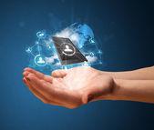 Tecnología de nube en la mano de una mujer — Foto de Stock