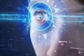 Cyber человек с technolgy глаз смотрит в голубой ирис — Стоковое фото