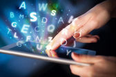 Prst ukazující na tablet pc, dopisy koncepce — Stock fotografie