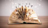 Livre ouvert avec le vol des lettres — Photo