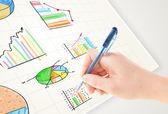 Homme d'affaires graphiques colorés et les icônes de dessin sur papier — Photo