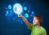 Przystojny chłopak naciskając kciuki w górze guzik na nowoczesnych sieci społecznej — Zdjęcie stockowe