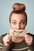 Ganska ung flicka håller vitt kort med leende ritning — Stockfoto