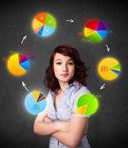 молодая женщина, мышление и круговые диаграммы циркуляцию вокруг ее головы — Стоковое фото