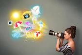 Teenage fotograaf maken van foto's van vakantie geschilderd pictogrammen — Stockfoto