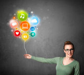 женщина социальные медиа холдинг воздушный шар — Стоковое фото