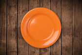 Colorful empty plate on grungy background table — Stock Photo