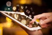 Hand aanraken van tablet pc, sociale media concept — Stockfoto