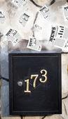 Caixa de correio com jornais diários voando — Foto Stock