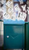 每日报纸飞与邮政信箱 — 图库照片
