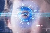 Cyber man med hörselteknologi ögat undersöker blå iris — Stockfoto