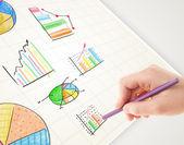 Geschäftsperson, farbige grafiken und symbole auf papier zeichnen — Stockfoto