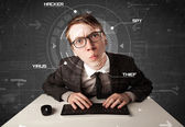 Genç hacker fütüristik ortamda kişisel bilgilere hacking — Stok fotoğraf