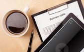 Tablet pc üzerinde medya oynatıcı bir fincan kahve ile ekranda gösterilen — Stok fotoğraf