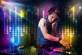 Dj hraje písně v disco se světelnou show — Stock fotografie