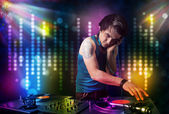 Dj spelar låtar i ett disco med ljusshow — Stockfoto